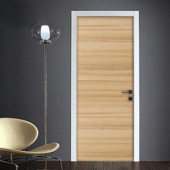 Effetto legno chiaro rivestimento porta e mobili