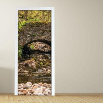 Adesivo per porta con ruscello con ponte in pietra foresta