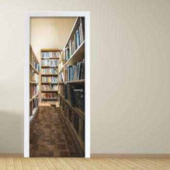 Adesivo per porta interno di biblioteca con vecchi libri e scaffali