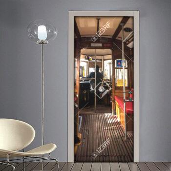 Adesivo per porta: interno di un vecchio tram di Lisbona con posti vuoti e maniglie